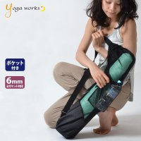 ウォーターボトルやヨガベルト、DVDなどの小物が収納できるポケット付きのヨガマット用のバッグです。 ...