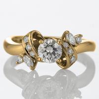 ボリューム感のある幅に大粒ダイヤモンドを。  スタイリッシュな着こなしに合わせれば新しい自分に目覚め...