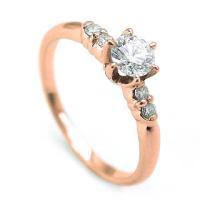 メインのダイヤモンドをサポートする脇役たちも大活躍。 ダイヤモンドは輝きの良いカットを使用。 エンゲ...