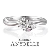 サイドに希少なピンクダイヤモンドを添えて。ダイヤモンドは輝きの良いカットを使用。4月の誕生石(ダイヤ...