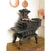 レジン製の、ずっしりとしたストーブ。ターシャ・テューダーさんの家にあるような素敵なストーブを探し求め...