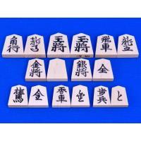 木製将棋駒の白椿上彫駒です。将棋駒の木地は白椿材で、字は彫り字、書体は見やすい基本書体の将棋駒です...