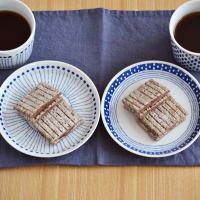 ブルーのモダンな模様のお皿。現代的な雰囲気ながら、それぞれの柄は和食器の伝統的な文様が使われており、...