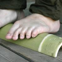 1日の疲れに健康青竹踏み。昔から健康の源泉は足の強化からといわれています。老化も足の衰えからやってき...