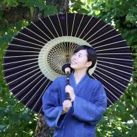 黒竹番蛇の目傘は高知県特産の黒竹を柄にあつらえた、昔ながらの伝統的な和傘です。48本の竹骨で丈夫に仕...