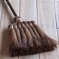 電気を使わないからエコで環境に優しい棕櫚ほうきでのお掃除はロハスにぴったり。棕櫚ほうきは手箒で約15...