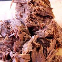 コンビーフを作るための伝統的な部位ブリスケット(バラ部分)をスペシャルブレンドスパイスとともに塩漬け...