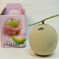 「マスクメロン」は果形は丸く、果皮は灰緑色で、一面に白いネットが盛り上がります。果肉は緑色で、やわら...