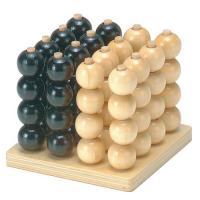 立体四目は2人で遊ぶゲームで、五目ならべの立体版です。  まず、16本の棒が立ったゲーム台から白玉・...