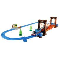 トーマスと貨車、ぐらぐらつり橋・音入り踏切り・レールのセット。トーマスがつり橋を渡ると、ぐらぐらと車...