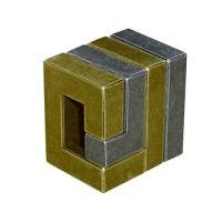 穴のあいた箱のような塊。 とぐろを巻いたほぼ同形状の2つのピースからできている。 角張った形状だが思...