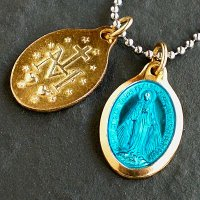 ノートルダム・ド・メダイ教会で見つけた、話題の不思議なメダイ。1830年にフランスの修道女の前に聖母...
