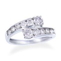 緩やかなグラデーションが描かれたデザインが美しいダイヤモンドリング! 合計1カラットの輝きが圧倒的な...