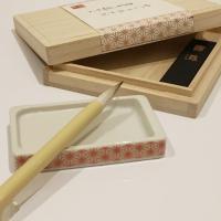 日本の伝統吉兆柄、麻の葉をあしらった瀬戸焼の小さな硯と組み立て式の継ぎ筆が特徴的。見た目のかわいらし...