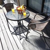 重ねて収納できるガーデンチェア2脚と、清潔感あるガラス天板が特徴のテーブルのガーデン3点セットです。...