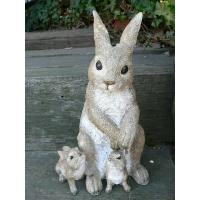 うさぎの親子セットの置物でございます。寄り添う2匹の子うさぎを見守る親うさぎのファミリーうさちゃんた...