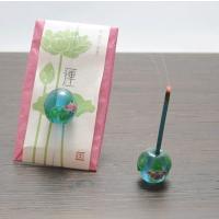 【商品の特徴】 季節をイメージした香りのお香と香立てのセット。繊細な柄のとんぼ玉が帯び留めのように付...