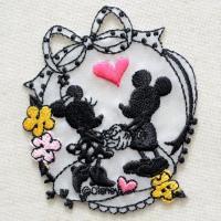ディズニーの人気キャラクター・ミッキーマウス&ミニーマウスのシルエットの刺繍が施された、かわ...