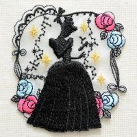 ディズニーの人気キャラクター・シンデレラのシルエットの刺繍が施された、かわいいワッペンです。 バラの...