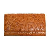 猫柄の型押し財布です。  サイズ:幅18.0cm 高さ9.8cm 厚み3.5cm 素材:牛革 背面差...