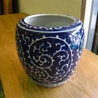 ◆サイズ φ21cm×H20cm ◆材質  陶器  ◆備考       染付けの絵が美しい深めの火鉢...