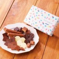 バラエティ豊かなチョコレートやチョコレート菓子を詰め合わせ、ロハコ限定デザインの包装紙で包みました。...