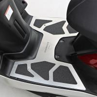 MAJESTY Sのスポーティーさをより引き立たせるデザインのステップボード。  3M製の滑り止めテ...