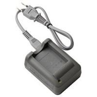 リチウムイオン充電池「BLS-5」専用充電器。「BLS-5」を約3.5時間でフル充電可能です。