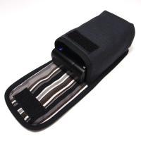 存在感のある黒いボディによく合う手触りのよいオックス、プリントファブリックを使ったケースです。  布...