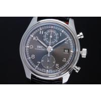 IWC自社製キャリバー89361を搭載し、サブダイヤル上に表示され12時間までの計測時間を、時刻と同...