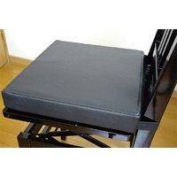 「おんがくっしょん」は背付きピアノ椅子を一番高くセッティングした状態でも、座高の高さが足りない子ども...