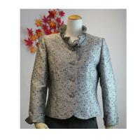 ミセスにおすすめのフォーマルジャケットです。ジャガード織りのおしゃれな柄が特徴のジャケットです。黒の...