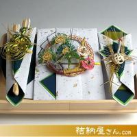 白木台の上に熨斗(のし)と末広と結納金がのったシンプルな3点セットで、食事会形式の略式結納などにぴっ...