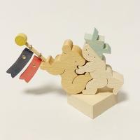 品名:KK252 坊やとクマと鯉のぼり 材料:ブナ、丸棒、ヒートン サイズ:(人形)幅97mm、高さ...