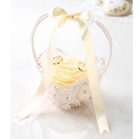 花びらを使ったエレガントなリングピローです♪ 縫製済み・綿入れ済のピロー入りで花びらを貼り付けたり、...