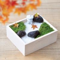 苔にふれて、石を見立て、砂を敷いて、箱の中やお盆の上に小さな風景を作って楽しむ盆景は、日本で古くから...