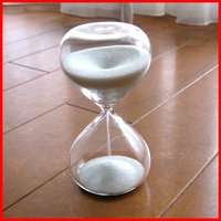 ガラスの中の白い砂が静かに落ちていく様子を、ただなんとなく、ぼ〜んやり見つめてしまう。 少し癒されそ...