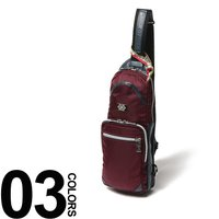 ちょっとしたお出掛けに便利なボディバッグです。ロゴが入ったプレートや裏地の総柄デザイン、異素材の切り...