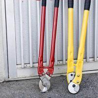 ●電気工事等でのケーブル切断に最適なケーブルカッターです。  ●ケーブル径30mmまで切断できる両刃...