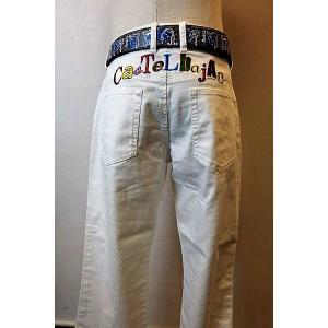 メンズファッション ブランド「カステルバジャック 刺繍ジーンズ」後ろ身のネーム刺繍が特徴のウォッシュ...