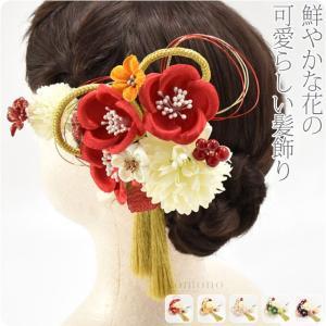 ぽんぽん菊と南天、花とつまみ細工を組み合わせた可愛らしい髪飾りです。 メインのコームに、Uピンを合わ...