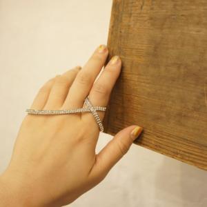 サイズ リング:約15号 ヨコ幅7.8cmくらい  素材/合金、ラインストーン  ゴージャスな手元を...