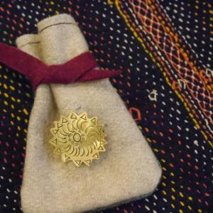 SAJAVAT Japan エンブレムの真鍮ブローチ|abracadabra