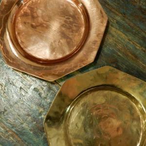 手打ち出し 真鍮と銅の八角プレート Lサイズ|abracadabra