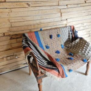 TOPANGA INTERIOR 手織りのポンポンマルチカバー オレンジxブルー 130×180cm|abracadabra