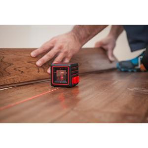 キューブ型にした超明るいハイパーレーザーを搭載、明るい現場でもくっきりとラインの位置が確認できる。日...