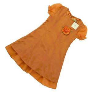 タイトなシルエットが綺麗なドレスです。ポリと麻の混合生地で、光沢がありながらもどこか素朴な風合いです...
