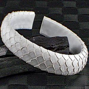 白蛇皮 ブレスレット バングル 巳 蛇 弁才天 財運 金運 厄除け 縁起物 風水|ai-fujinomiya