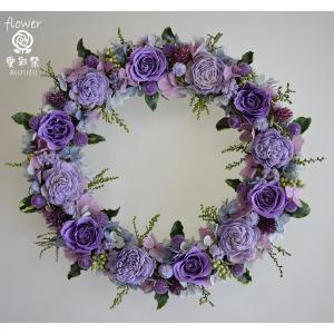紫のバラにブルー系のお花の組合せ シックな色合い...の商品画像