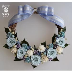 水色のバラ ブルー・パープル系のお花や木の実 リボンのプリザーブドフラワーリース